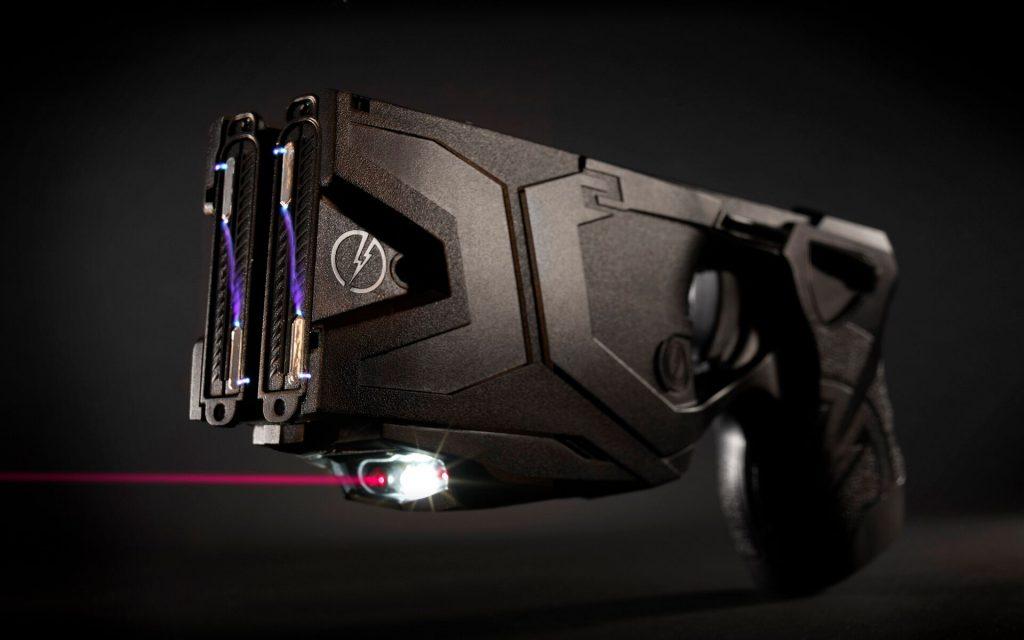 Foto donde puede verse el laser y el arco de seguridad de la Taser X2
