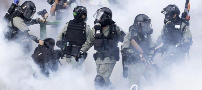 La policía de Hong Kong considera usar Taser para contener los disturbios