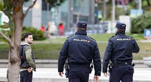 Agentes de policía patrullando por las calles