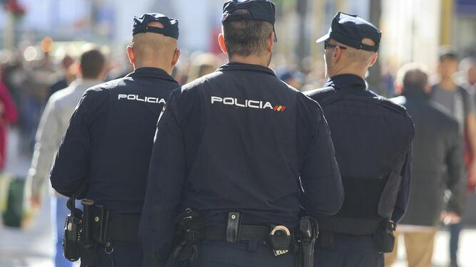 Policías Nacionales patrullan por las calles preparados