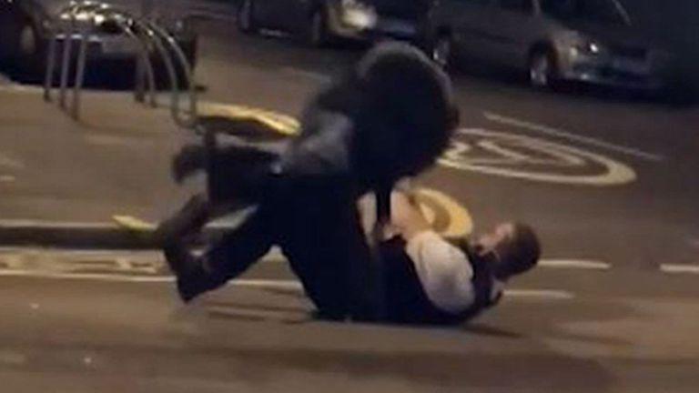 Asi se defiende del ataque el policía de Londres