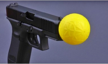 La bola balistica funciona insertando la bola en el cañón del arma