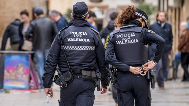 Policías locales patrullando armas no letales