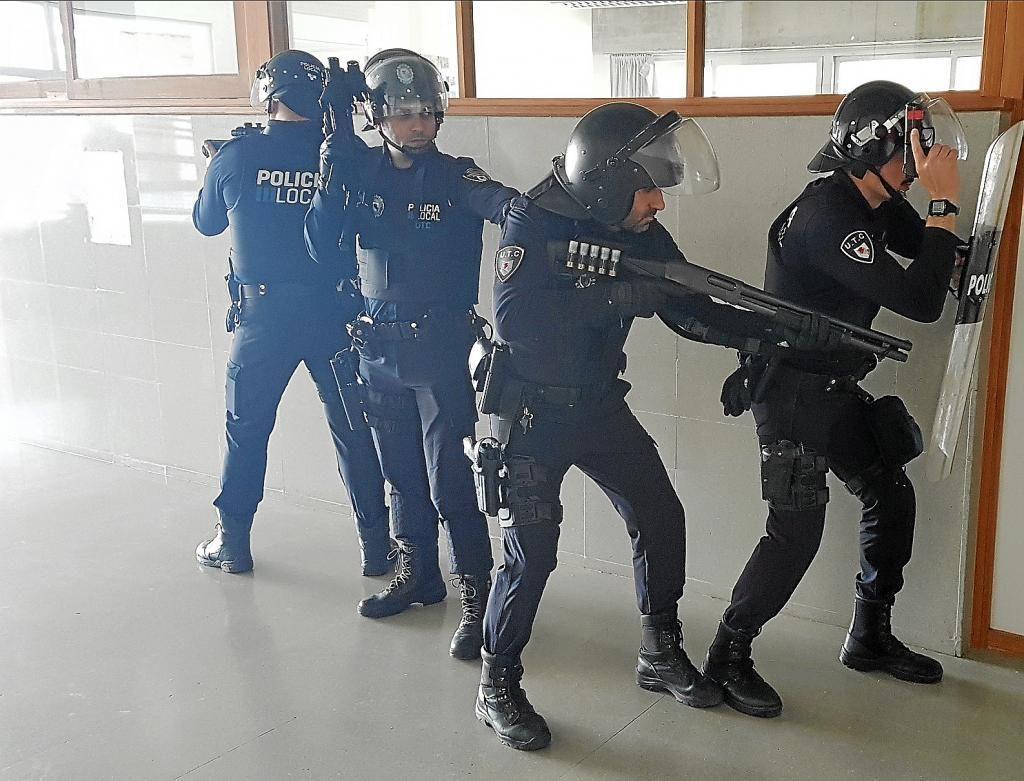 Agentes de Policía Local entrenan con equipamiento antidisturbios