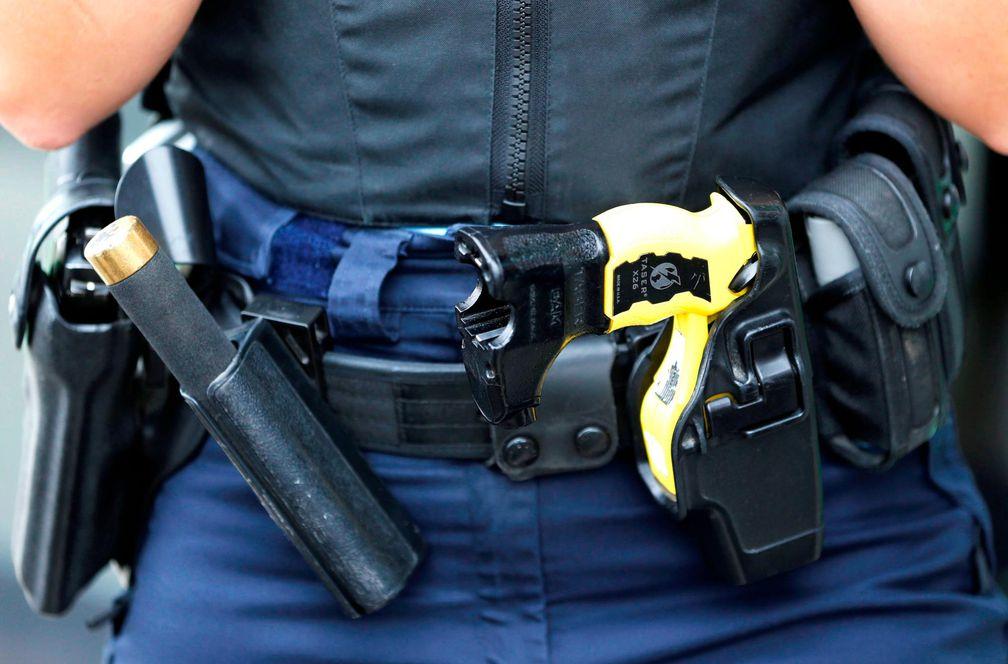 cinturón policial con Taser y bastón extensible