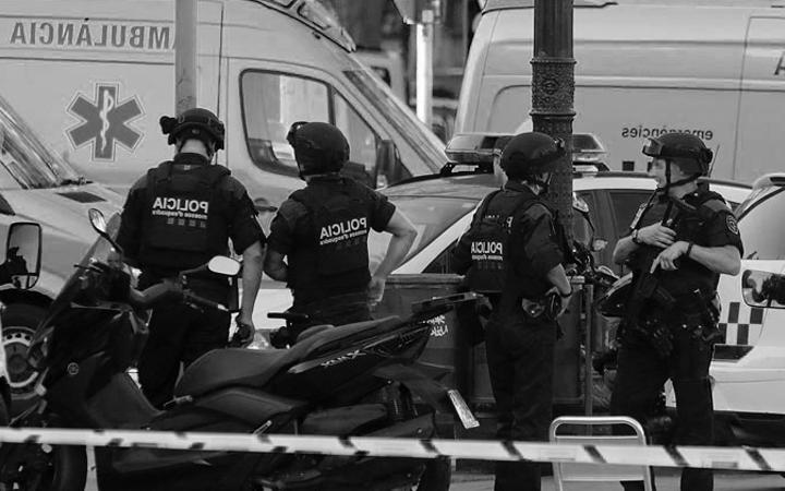 Agentes de policía equipados con preotecciones balísticas junto a ambulancia