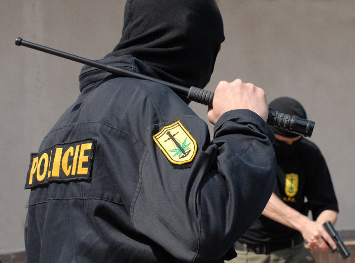 Baston policial extensible en manos de un policia de las fuerzas especiales