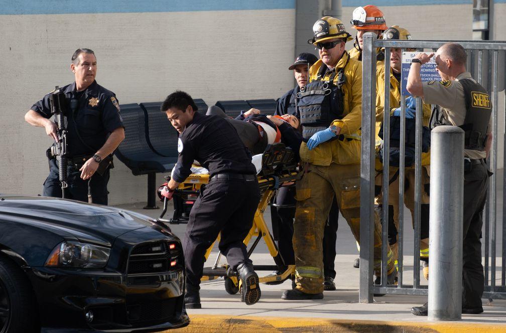 Equipos de emergencia evacuan a vicitima de ataque terrorista