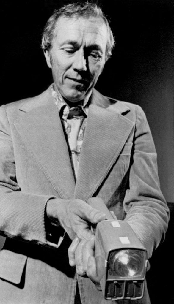 Jack Cover, creador de la Taser muestra su invento