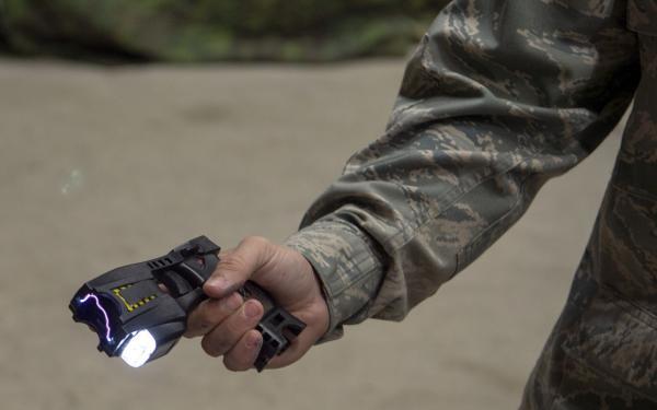 Militar de los Estados Unidos muestra una pistola no letal Taser