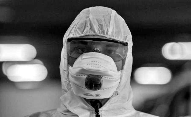 Persona con protección de cabeza, ojos y boca contra el coronavirus