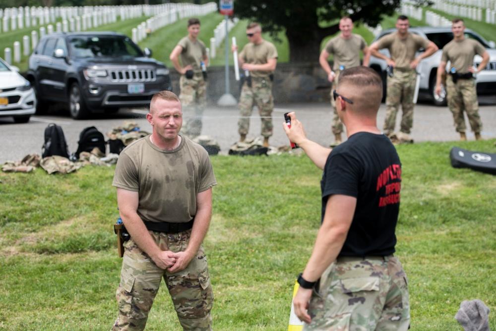 Soldados entrenan con Spray de Pimienta