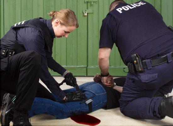 Pareja de policías aplican torniquete en un herido