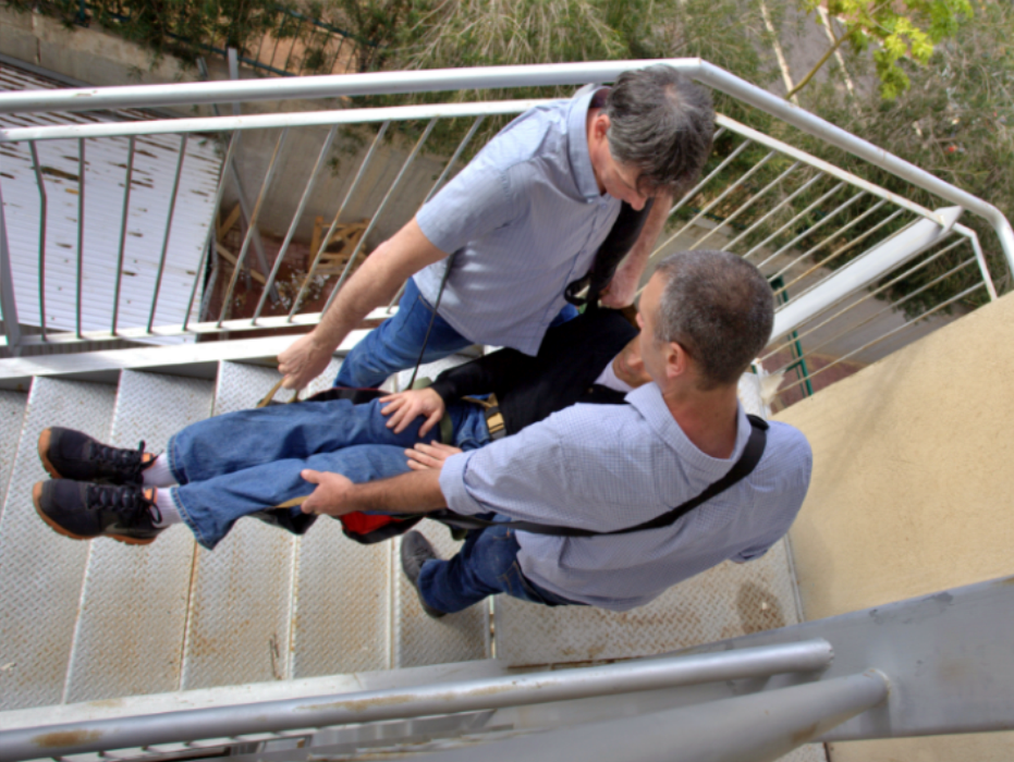 trasladando a enfermo por escaleras con la camilla fast rescue