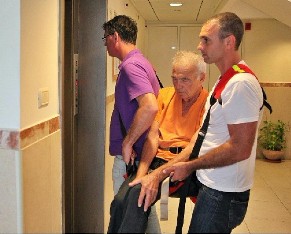 evcacuando a enfermo con la camilla fast rescue por un ascensor