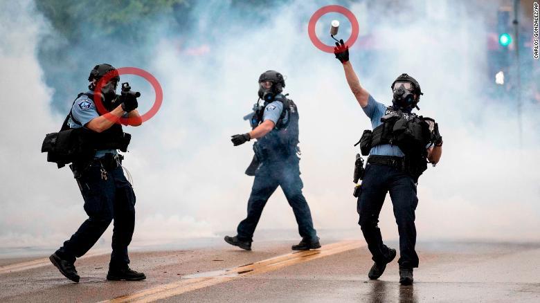 Policías lanzan botes la gas lacrimógeno