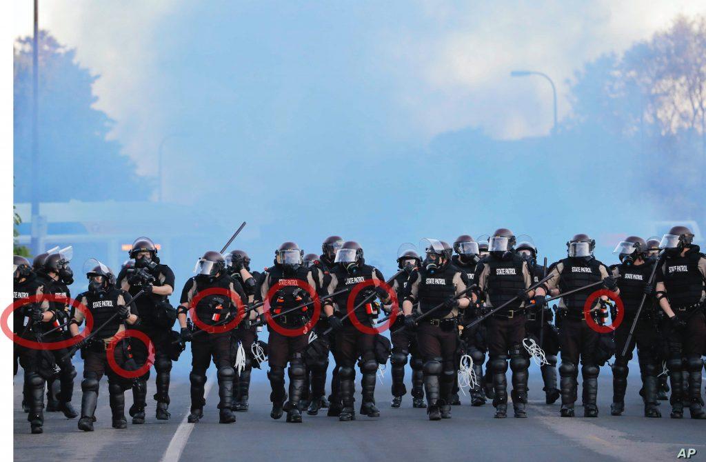 Agentes de policía de Estados Unidos se desplazan entre humo azul