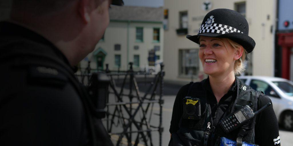Policía inglesa conversa con ciudadano