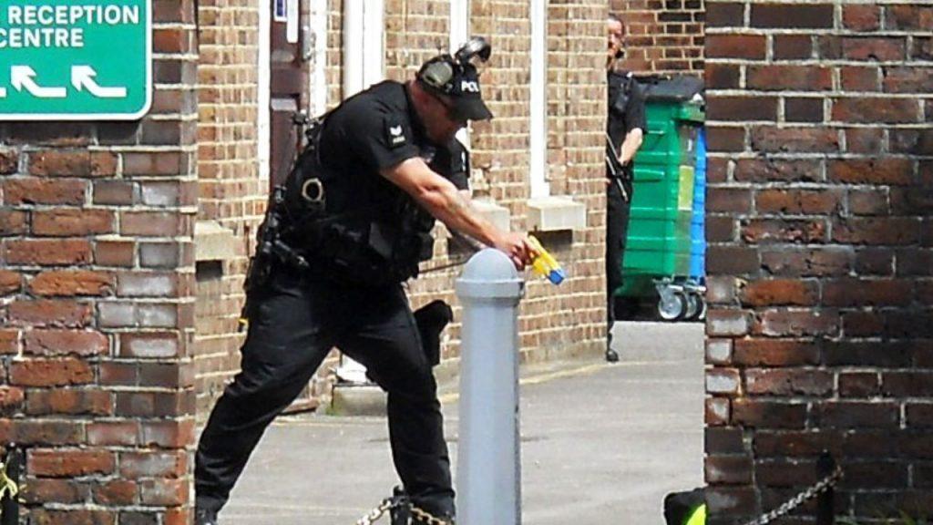 Policía ingles usando una pistola eléctrica Taser