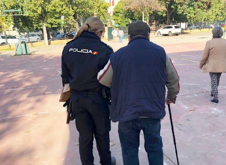 Policía ayuda a anciano a caminar