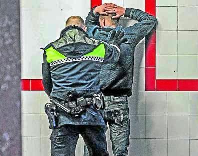 Policía Local realiza un cacheo a un sosprechoso utilizando unos guantes anticorte