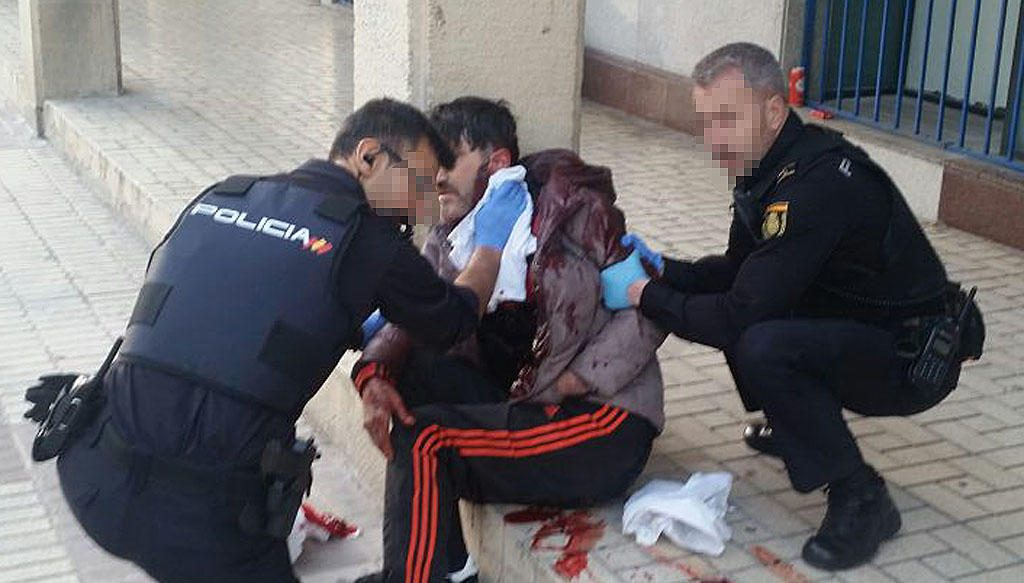 Policías Nacionales aplican primeros auxilios de control de sangrado a una víctima de apuñalamiento