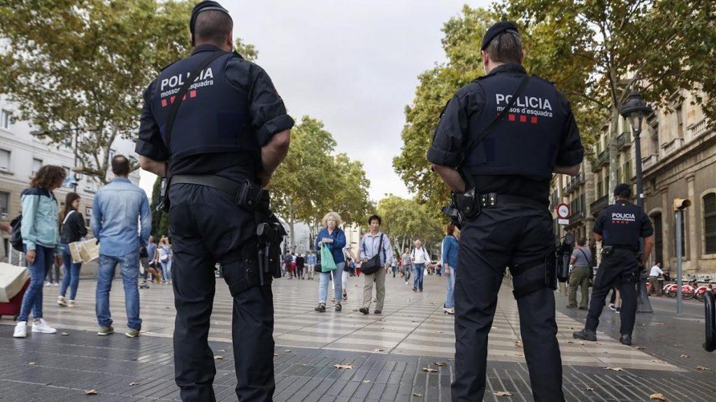 Policía Mossos vigilando zonas de gran afluencia de gente