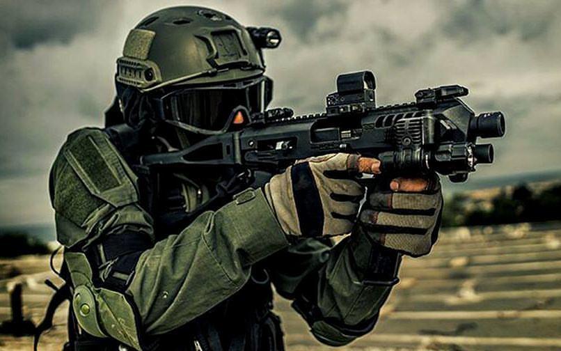 Como convertir un arma corta en un arma larga con un kit de conversión