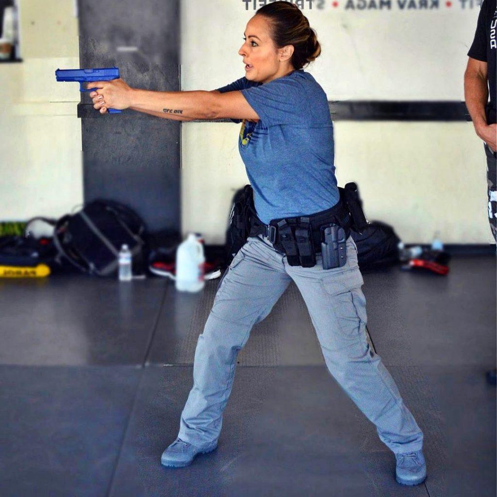 Policia entrenando con armas simuladas un enfrentamiento armado