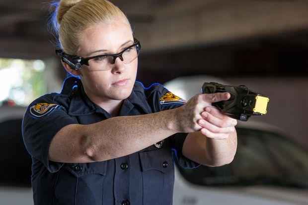 Agente de Policía utilizando una Taser