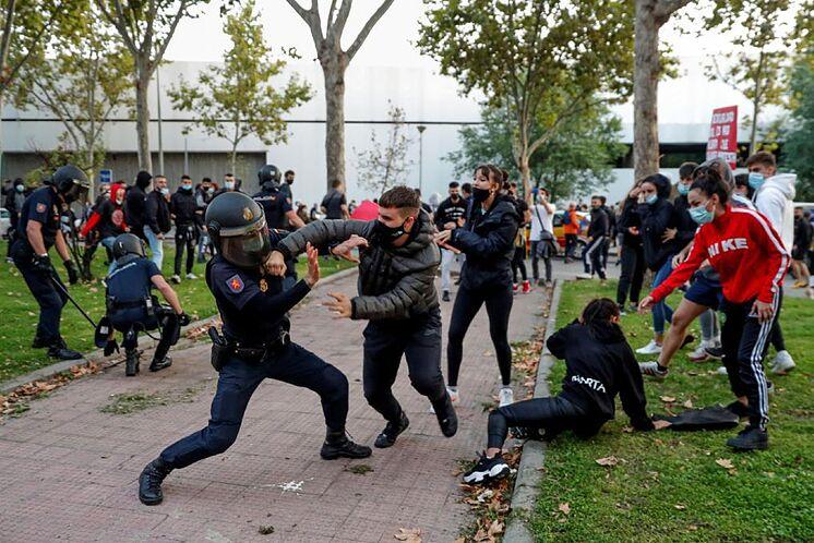 Manifestante agrede a antidisturbios de la UIP de Policía Nacional