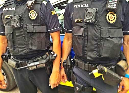 Dos policías locales muestran sus cámaras corporales