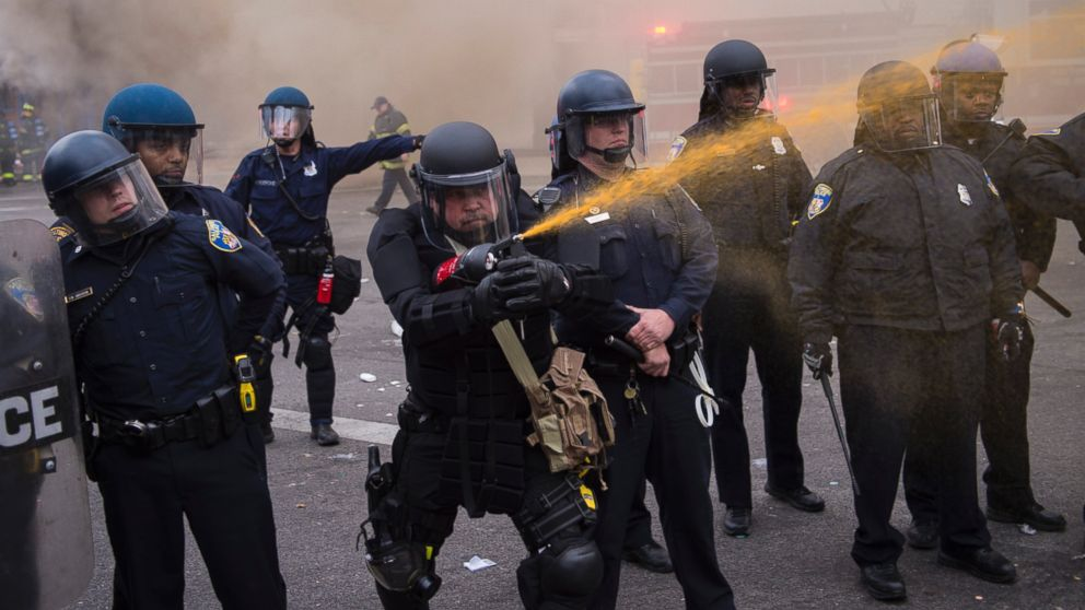 Usando proyector de spray de pimienta en unos disturbios