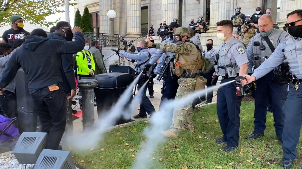 Policías empleando spray antidisturbios